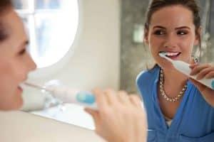Une femme en train de se brosser les dents