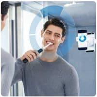 Un homme qui se brosse les dents avec la oral b 900N