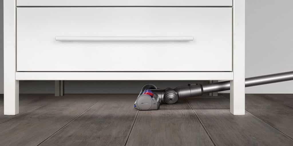 Le Dyson V6 animal extra est capable de venir aspirer la poussière sous les meubles facilement