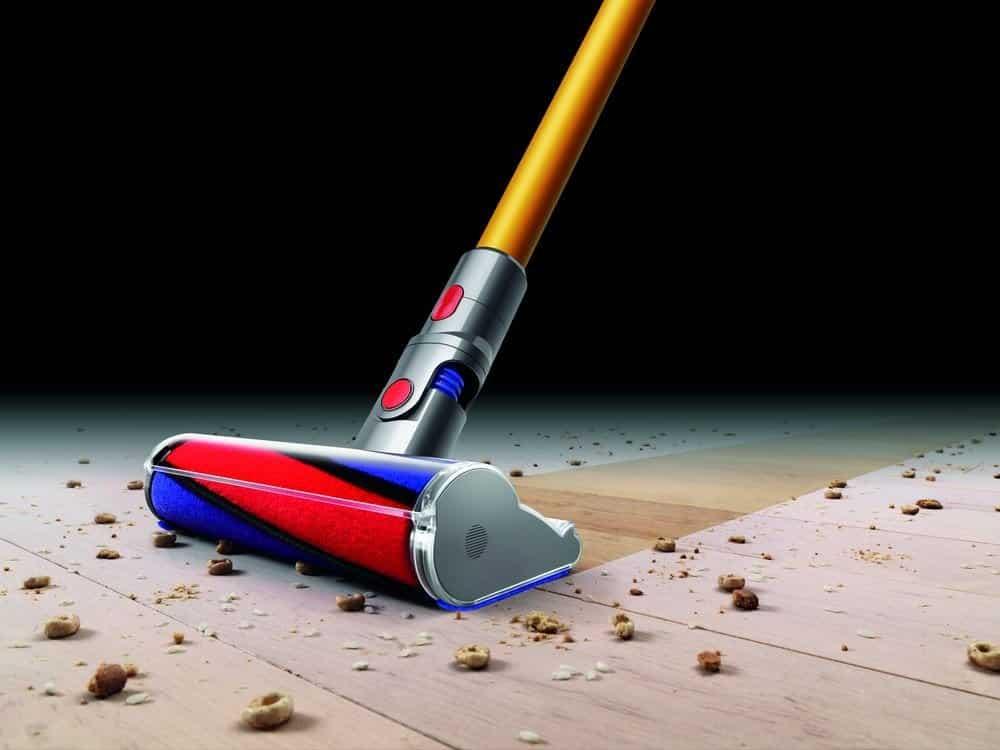 L'aspirateur V8 de Dyson nettoie le sol tellement bien, je suis choqué