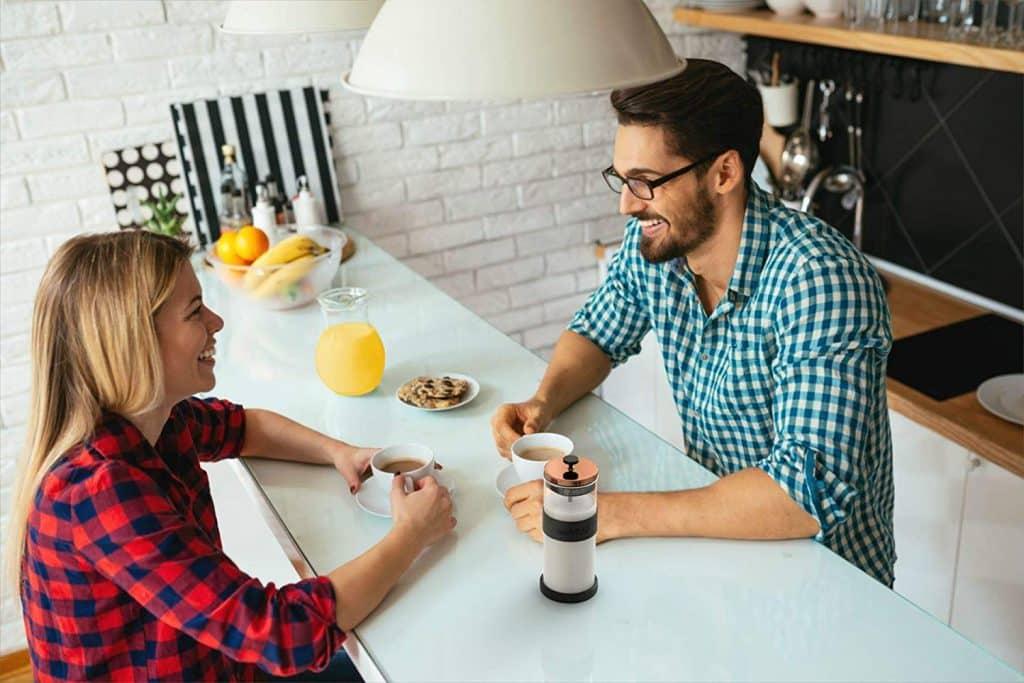 Deux personnes visiblement bien heureuse d'utiliser un mousseur à lait