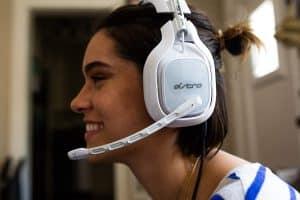 Les écouteurs pivotent et s'ajustent très bien sur la tête