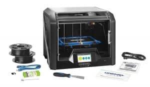 La première chose qui frappe chez cette imprimante 3D est sa taille imposante