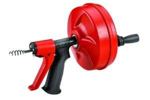 Le Ridgid Power Spin 57043 est un furet déboucheur manuel